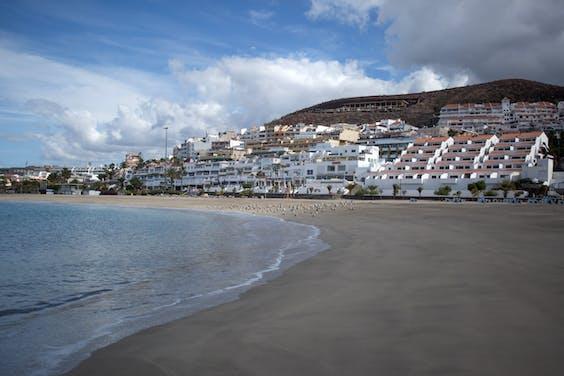 Het betrekkelijk lege strand van Tenerife