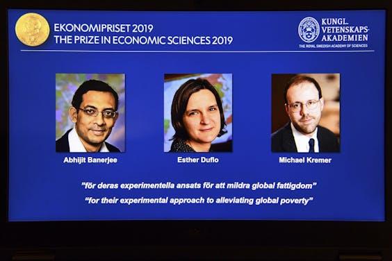 De Nobelprijs voor de economie gaat dit jaar naar drie economen die onderzoek hebben gedaan naar de bestrijding van armoede: Esther Duflo en Abhijit Banerjee (beiden MIT) en Michael Kremer (Harvard).