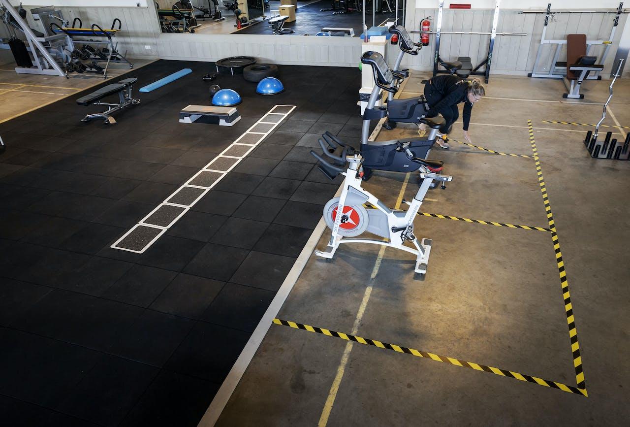 TERSCHUUR - Sportschool Inspire2Move past zijn ruimte aan de voorgeschreven maatregelen aan. Vanwege het coronavirus zijn de deuren van sportscholen voor onbepaalde tijd gesloten. ANP ROBIN VAN LONKHUIJSEN
