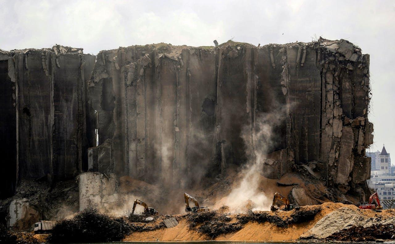 Geblakerde silo's naast de krater in de haven van Beiroet