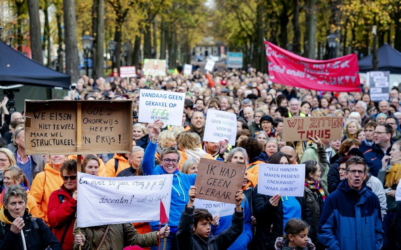 DEN HAAG - Deelnemers tijdens de onderwijsstaking van Leraren in Actie in Den Haag. De AOb heeft samen met andere bonden een landelijk onderwijsstaking uitgeroepen in het primair en voortgezet onderwijs voor extra investeringen om de problemen met de werkdruk, het lerarentekort en de salarissen op te lossen. ANP ROBIN VAN LONKHUIJSEN