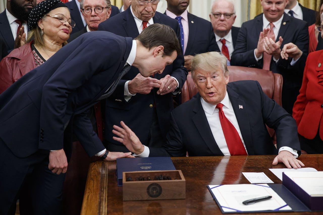 President Trump overlegt met zijn adviseur èn schoonzoon Jared Kushner. EPA/SHAWN THEW