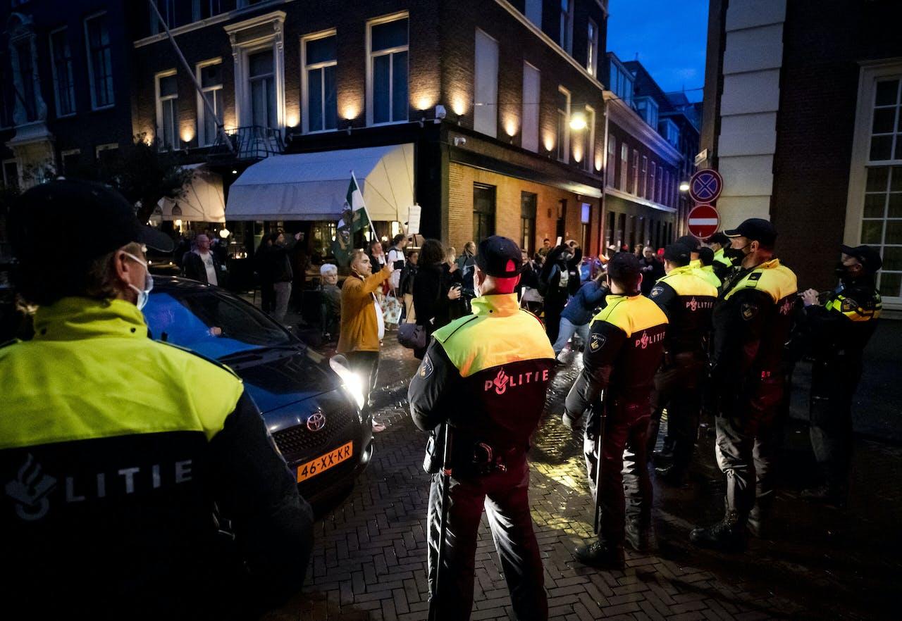 Politie bij een demonstratie in Den Haag op 7 oktober 2020.