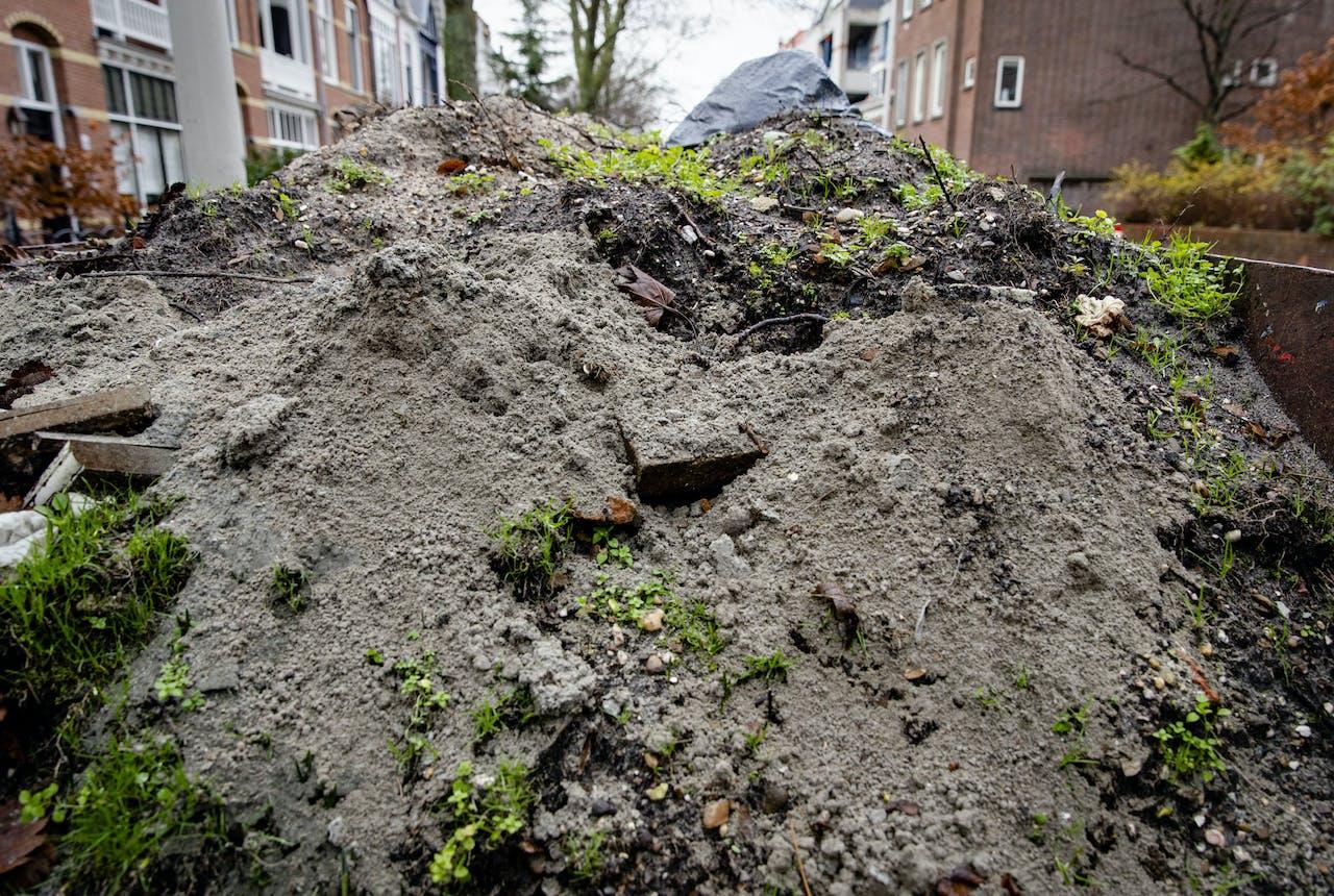 Een container met bouwgrond. Door regels konden bouwers en baggeraars grond waar PFAS in zit niet altijd meer verplaatsen en hergebruiken.