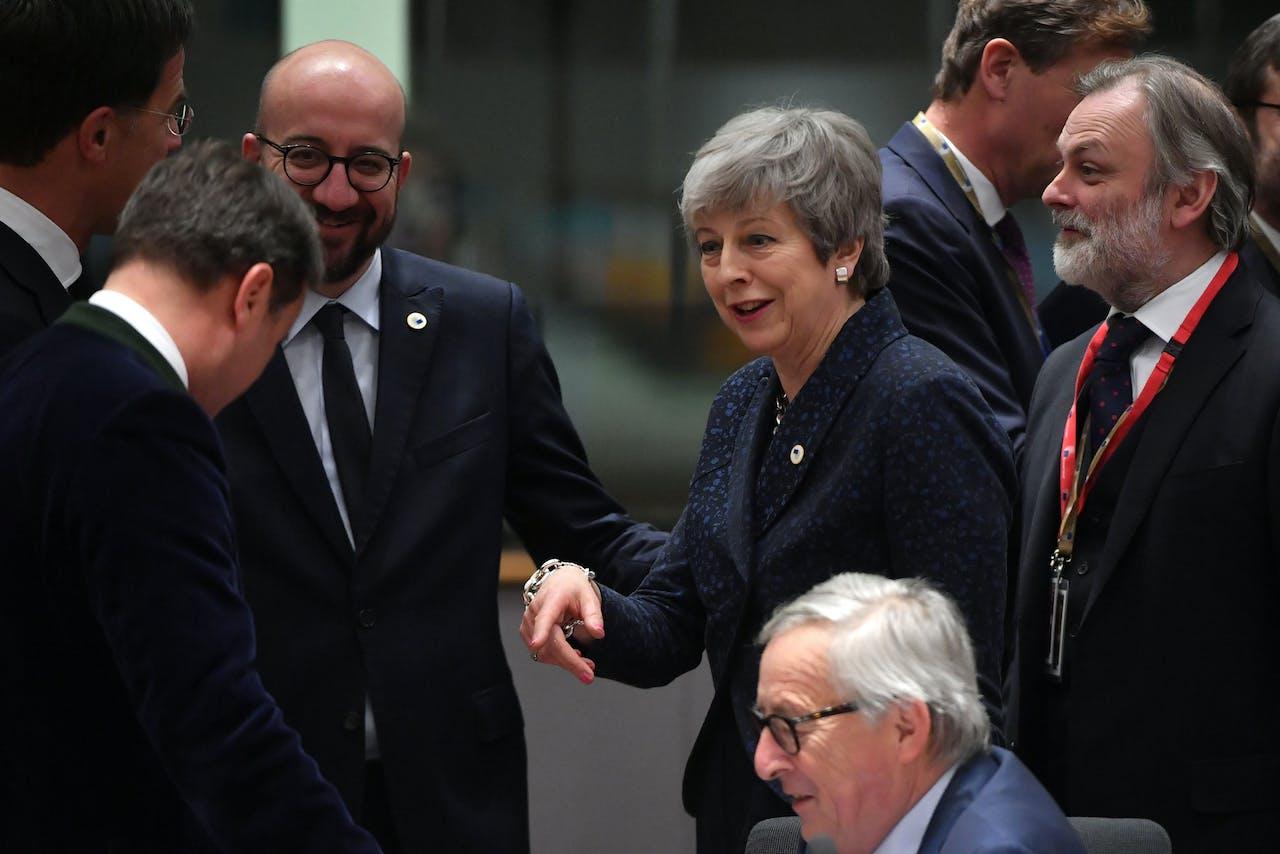 Theresa May praat met Luxemburgs premeir Xavier Bettel (tweede van links), Mark Rutte (links) en de Belgische premier Charles Michel (derde van links) op de eerste dag van de Europese Top in Brussel.