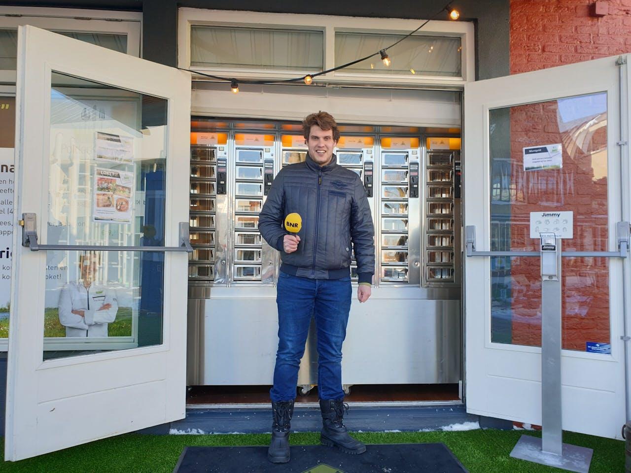 Frank Streefland bij zijn 'culinaire snackmuur' in Stolwijk