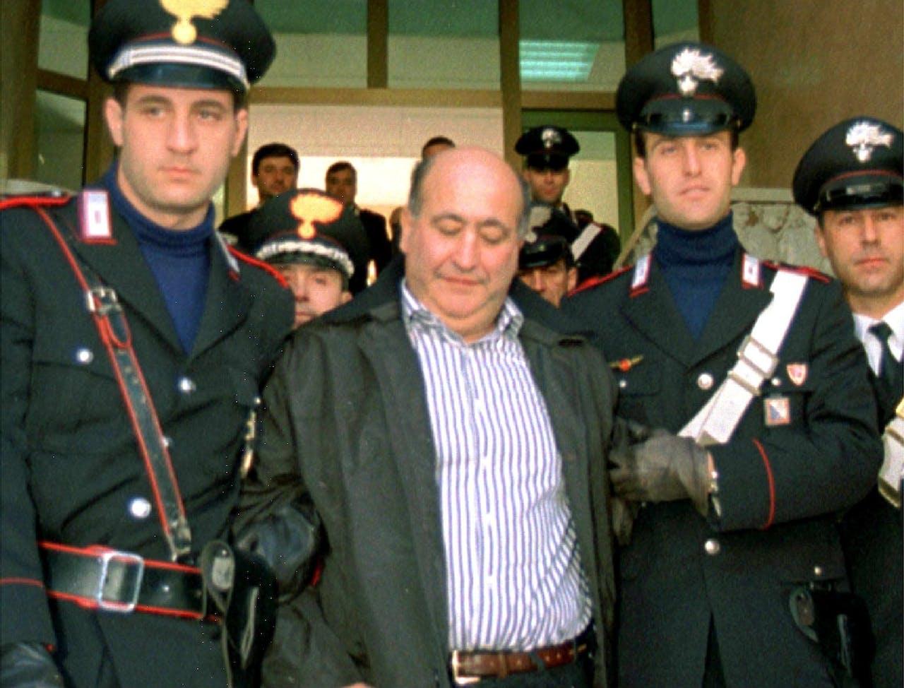 Mafia baas Giuseppe Piromalli (C) wordt naar de gevangenis geleid.