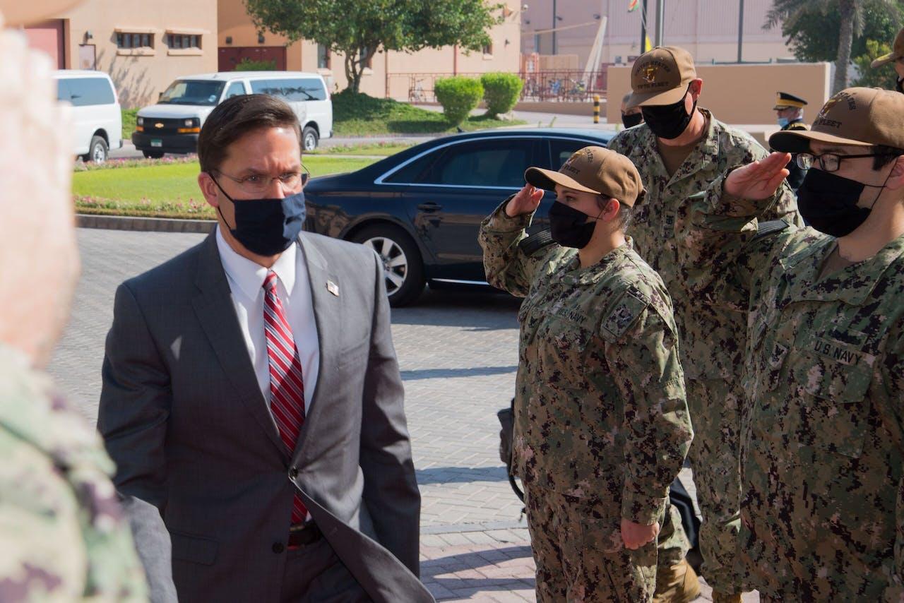 Mark Esper op bezoek bij Amerikaanse troepen in Bahrein, op 28 oktober 2020.
