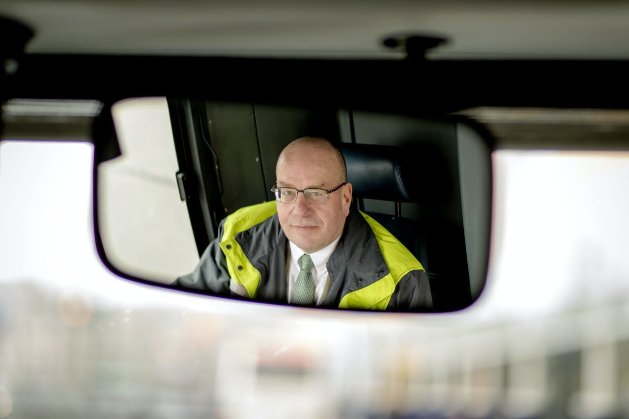 2017-12-01 11:50:36 HILVERSUM - Voormalig staatssecretaris Fred Teeven is sinds kort parttime buschauffeur bij Connexxion. ANP SANDER KONING