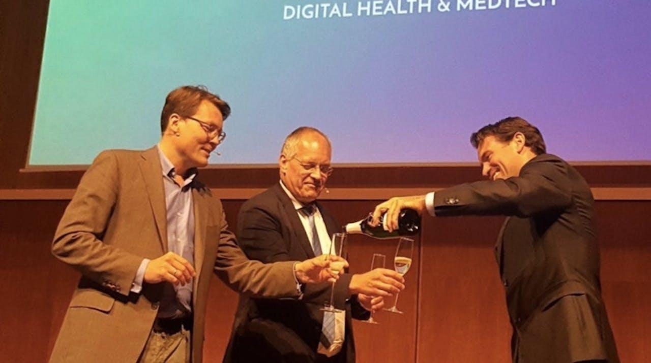 Pioniers in de zorg: Prins Constantijn (StartupDelta) en Erik Gerritsen (secretaris generaal VWS) vieren samen met Rogier Barents van medtechfonds the Blue Sparrows de toekenning van 6 miljoen euro.