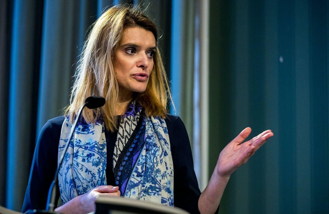 Staatssecretaris Barbara Visser van Defensie (VVD) tijdens de presentatie van de resultaten van het onderzoek door het RIVM naar de gevolgen van het werken met chroomhoudende verf bij Defensie.