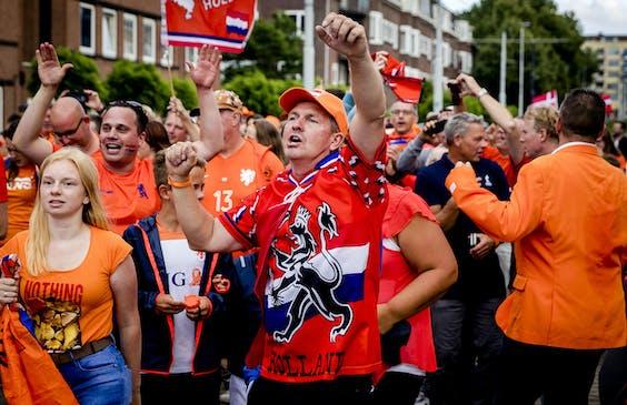 Voetbalsupporters lopen voorafgaand aan de wedstrijd Nederland - Denemarken naar het Sparta stadion.