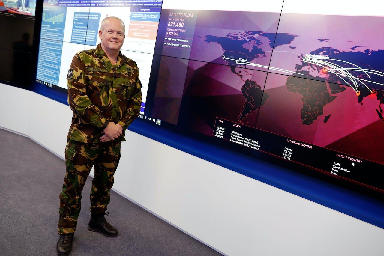 Brigadier Generaal Hans Folmer in de controlekamer van de cybercommando's van defensie.