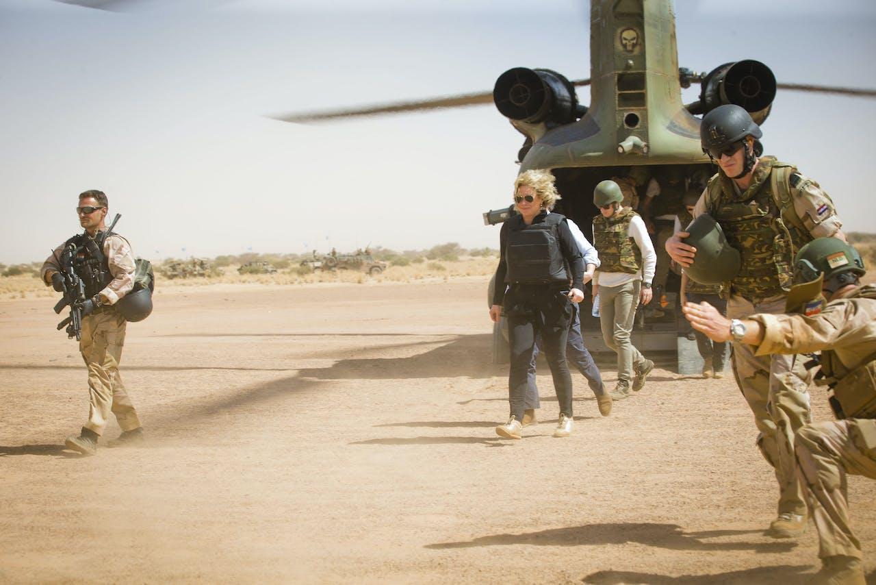 De voormalig minister van Defensie Jeanine Hennis Plasschaert bezoekt Mali.