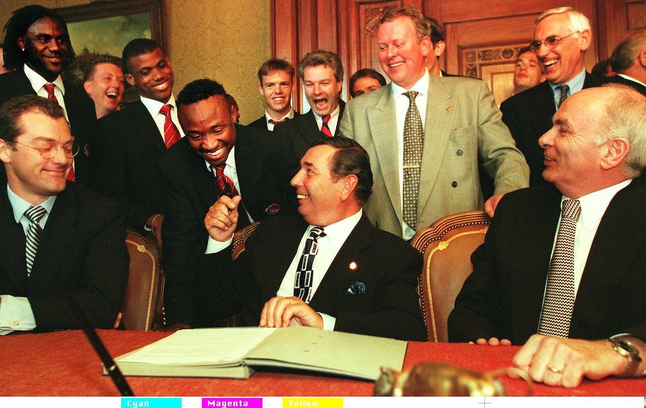Penningmeester Arie van Os en voorzitter Michael van Praag tijdens de ondertekening van de beursgang in 1998.