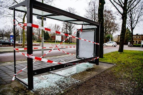 Een door vuurwerk opgeblazen bushokje in Amsterdam