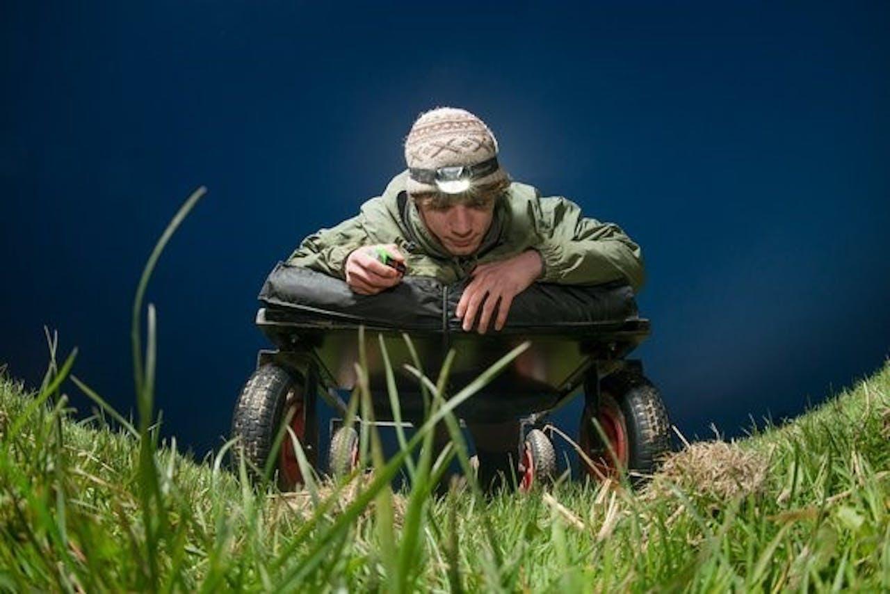 Onderzoeker Jeroen Onrust reed voor dit onderzoek 's nachts op een karretje door landbouwgebied, om te meten hoeveel wormen daar tussen het gras kronkelden
