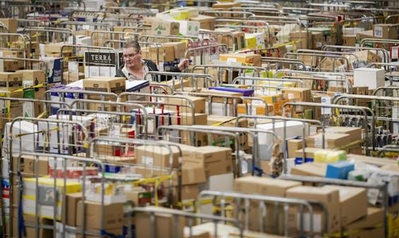 Drukte bij het distributiecentrum van Jumbo
