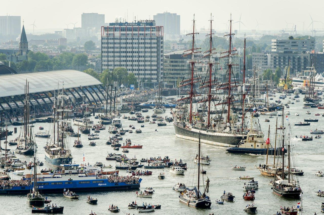 De Tall Ships verlaten SAIL Amsterdam.