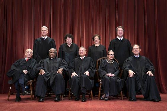 Het Amerikaanse hooggerechtshof met de overleden Ruth Bader Ginsburg zittend tweede van rechts