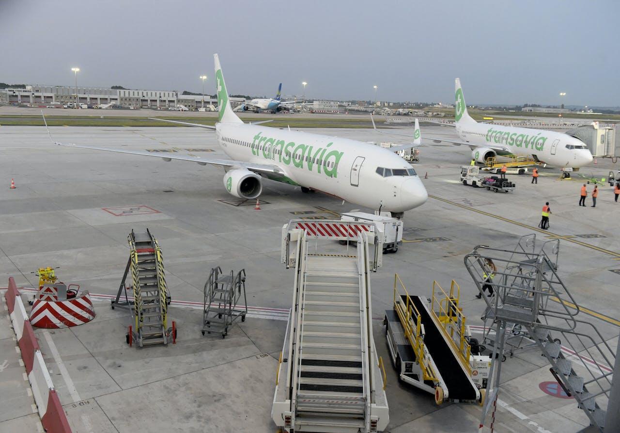 Twee Transavia-vliegtuiten staan aan de grond.