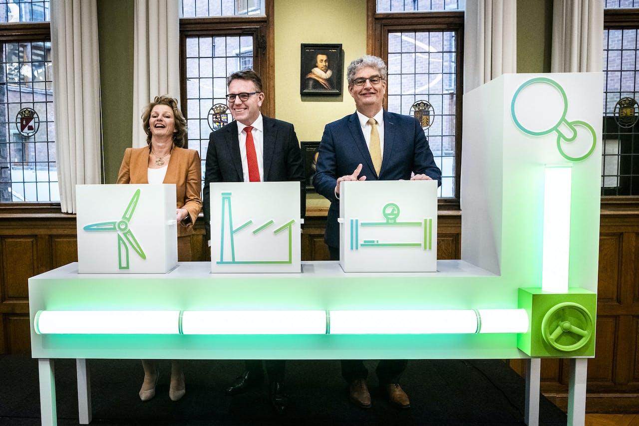 Marjan van Loon, Cas König en Han Fennema tijdens de presentatie van een Nederlands energieproject.