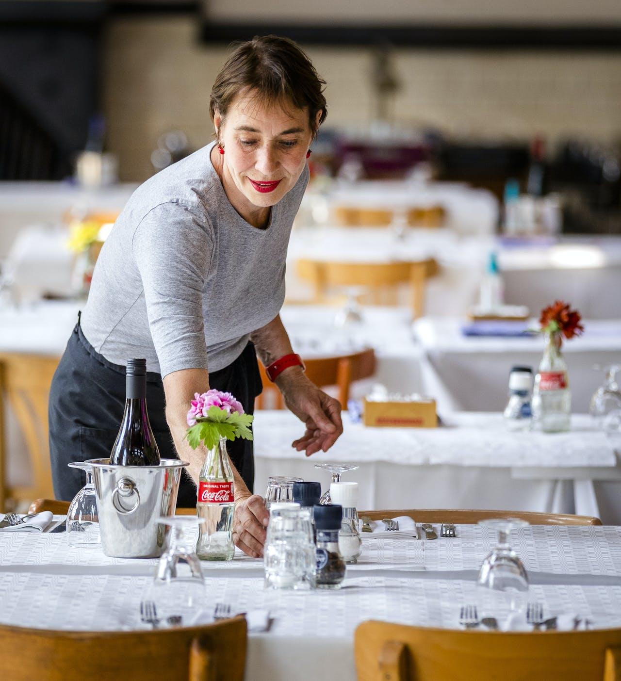 Voorbereidingen op de heropening van een restaurant