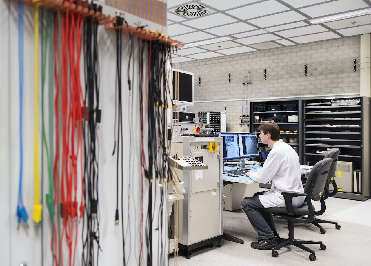 Werknemer bij chipproducent NXP. NXP, de vroegere chipdivisie van Philips, is akkoord gegaan met een miljardenbod van het Amerikaanse Qualcomm.