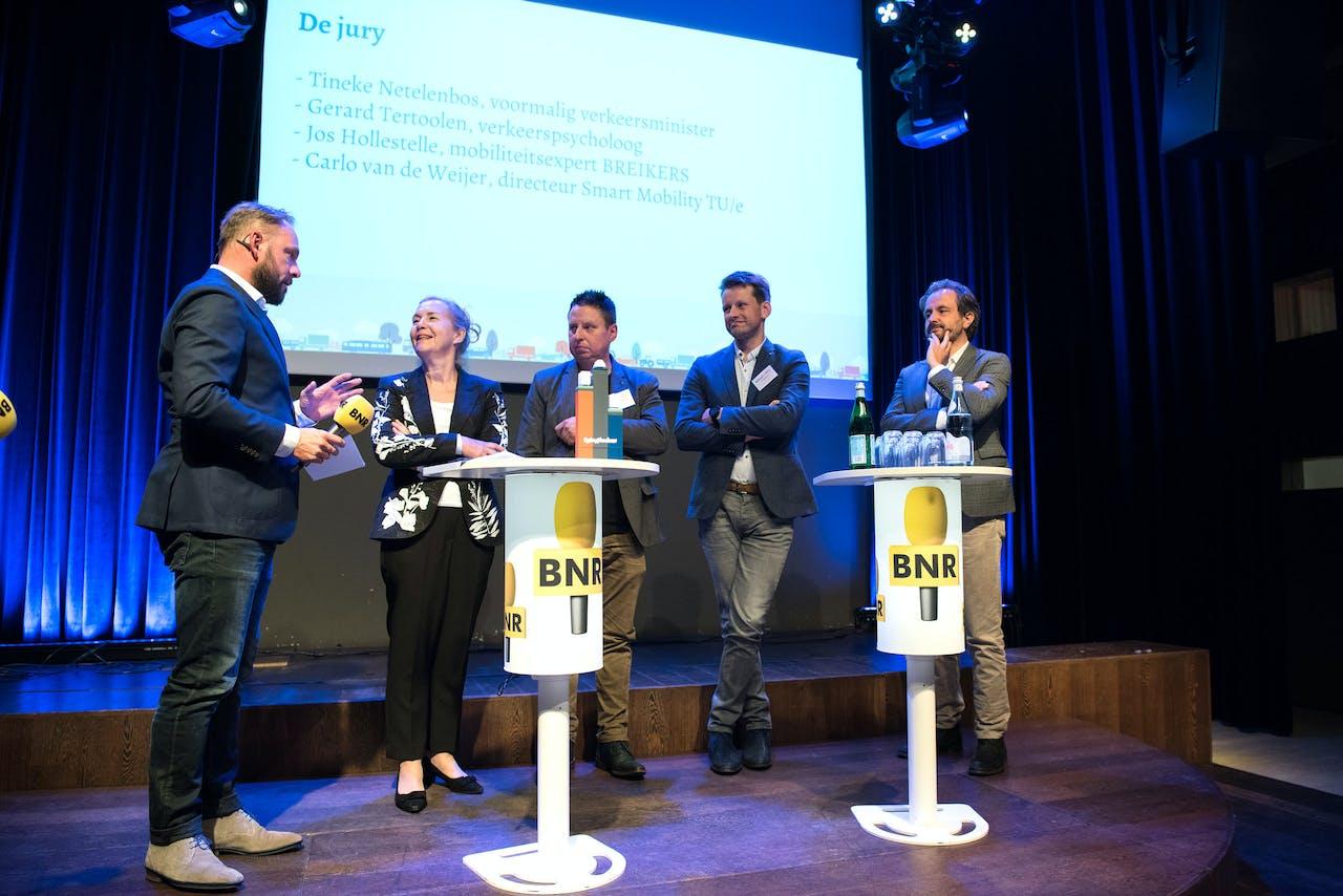 De voltallige jury van Spitsbrekers op het podium