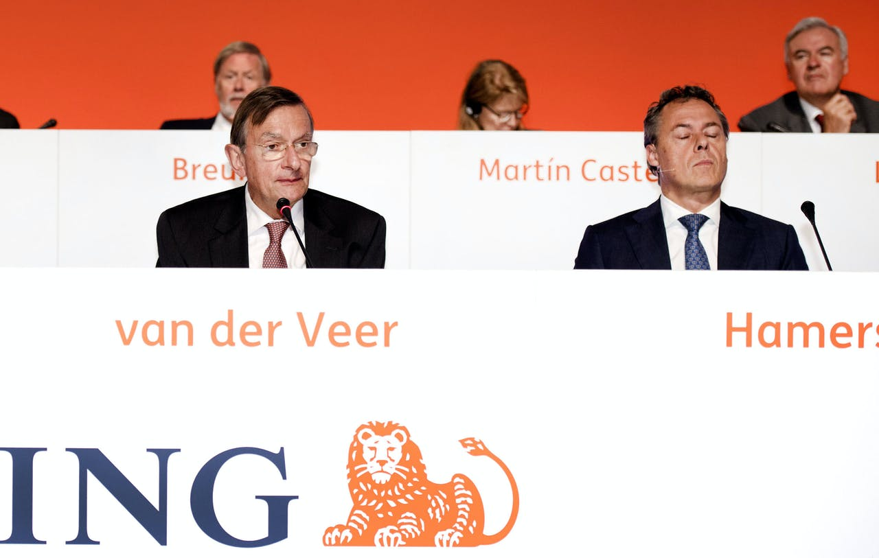 ING CEO Ralph Hamers (R) zag toch af van zijn eerdere salarisverhoging na maatschappelijke druk.