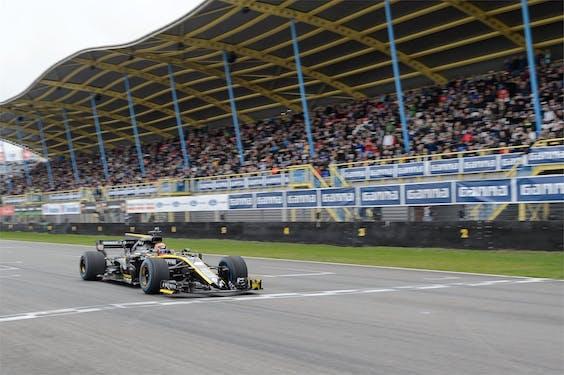 Formule 1-auto van Renault op het TT Circuit van Assen tijdens de Gamma Racing Day in 2019
