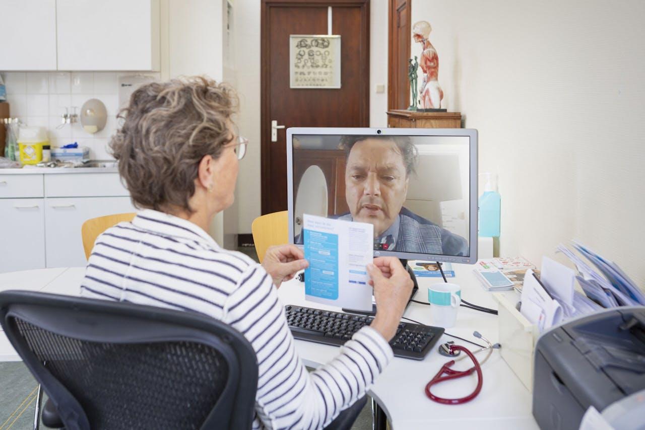 Een huisarts houdt een online spreekuur.