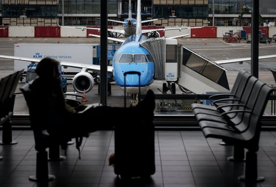 Reizigers op Schiphol. Met inachtneming van de nodige veiligheidsmaatregelen vanwege corona mag er weer gevlogen worden.