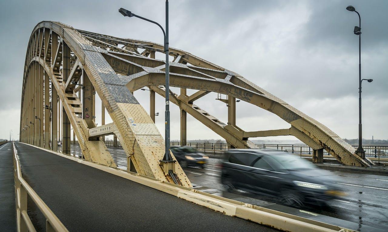 NIJMEGEN - Verouderd schilderwerk op de boog van de Waalbrug in Nijmegen, voorafgaand aan de start van de eerste fase van de renovatie aan de brug. Afhankelijk van eventuele staalschade duurt deze eerste fase naar schatting 1,5 jaar. ANP LEX VAN LIESHOUT