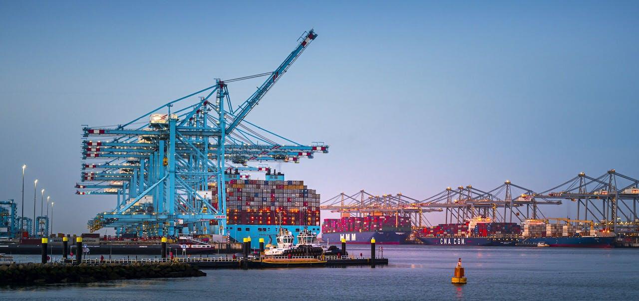 De haven van Rotterdam is de grootste containerhaven van Europa.