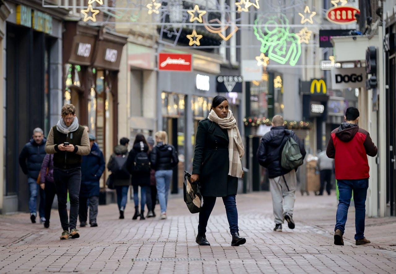2020-12-15 12:59:47 AMSTERDAM - Rustig in het centrum van Amsterdam, een dag nadat premier Rutte een nieuwe lockdown aankondigde. Het kabinet sluit onder meer niet-essentiele winkels en vraagt mensen om zoveel mogelijk thuis te blijven. ANP ROBIN VAN LONKHUIJSEN