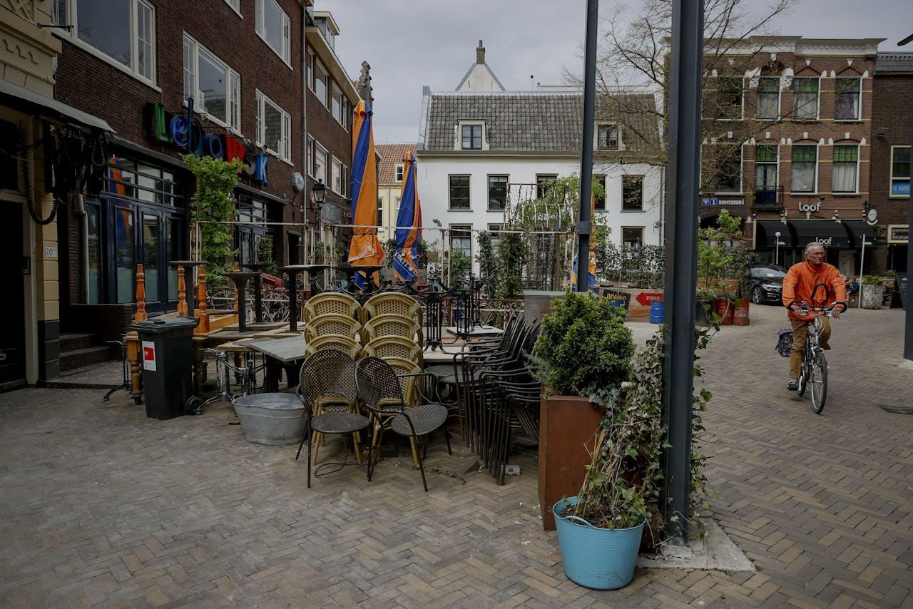 UTRECHT - Gesloten horeca op het Neude. Vanwege de coronacrisis moeten cafes en restaurants de deuren gesloten houden.
