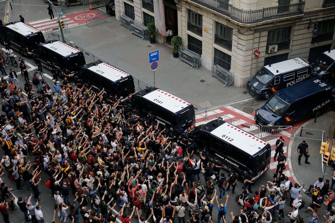 Protesten bij het hoofskwartier van de Spaanse politie in Barcelona.