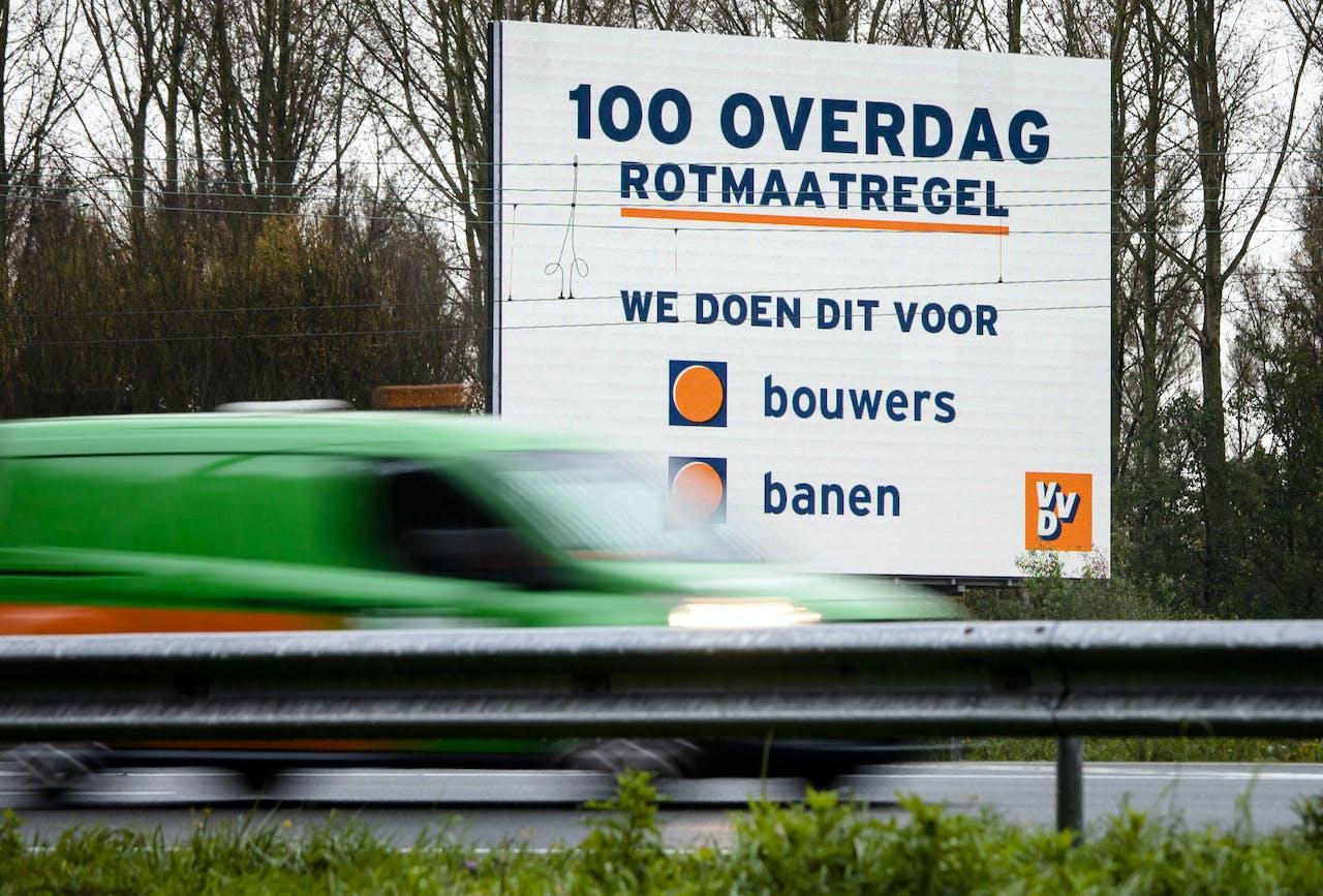 Een bord van de VVD langs de A12 bij Zoetermeer. Minister-president Mark Rutte noemde de snelheidsverlaging een 'rotmaatregel', die niettemin nodig is om te voorkomen dat banen verloren gaan.