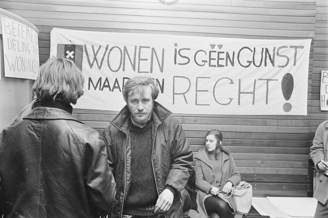 Een groep jonge Amsterdammers bezette in de jaren zeventig het Centraal Bureau voor de Huisvesting te Amsterdam.
