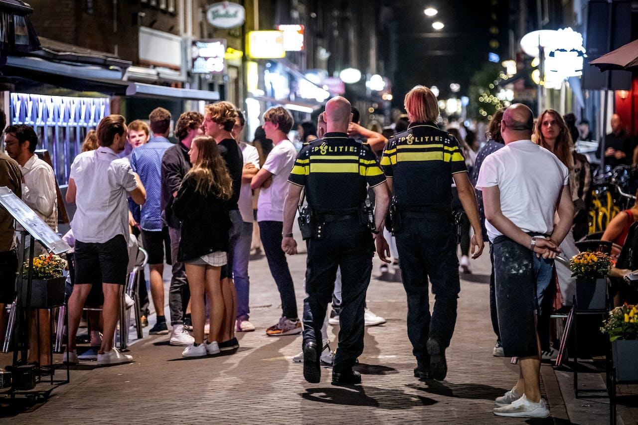 Politie houdt toezicht op het Leidseplein in Amsterdam.