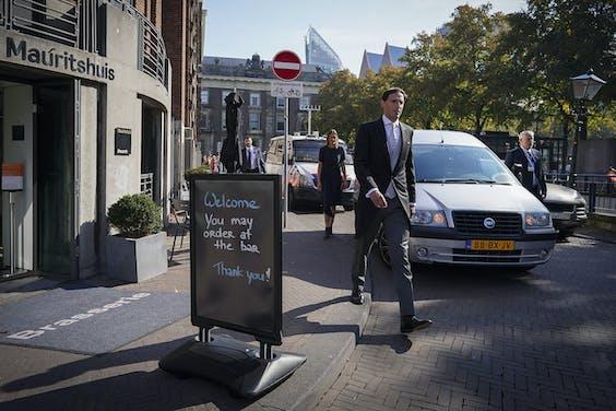 Minister Wopke Hoekstra op Prinsjesdag op weg van het ministerie van Financiën naar het Binnenhof na het zetten van zijn handtekening onder de miljoenennota