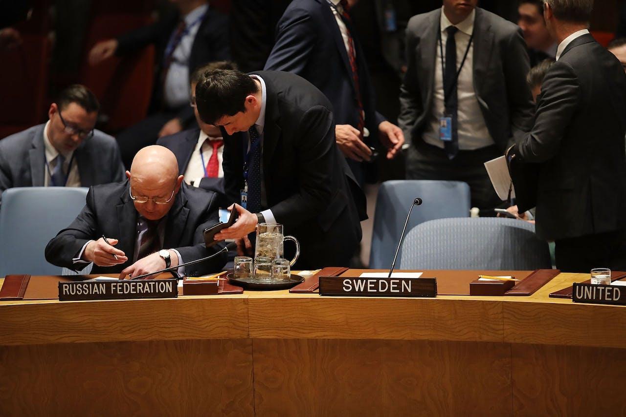 De Russische VN-ambassador Vassily Nebenzia laat de Britse en Amerikaanse opmerkingen op zich inwerken
