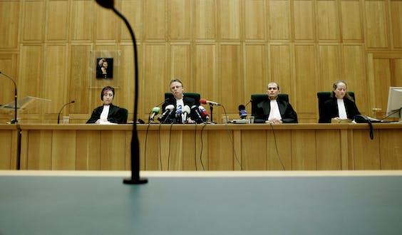 De rechter doet uitspraak in een zaak.