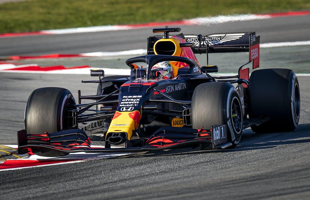 Max Verstappen in zijn nieuwe bolide, de RB16, van Red Bull tijdens de eerste officiële testdag van het nieuwe Formule 1-seizoen in Barcelona.
