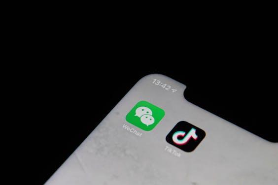 De apps WeChat (L) en TikTok (R)