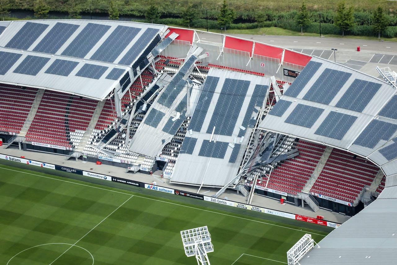 Luchtfoto van de schade aan het dak van het AFAS Stadion van AZ