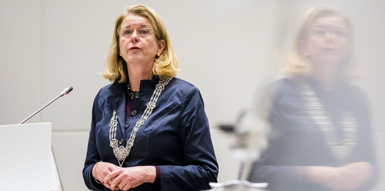 Burgemeester Pauline Krikke tijdens een vergadering van de gemeenteraad. Op de agenda staan de vreugdevuren op Scheveningen en Duindorp tijdens oudejaarsnacht.