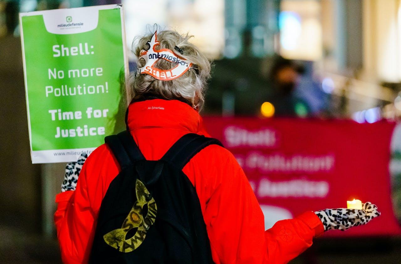 Actievoerders van Milieudefensie demonstreerden op 7 oktober bij het hoofdkantoor van Shell tegen olievervuiling in de Nigerdelta. MARCO DE SWART