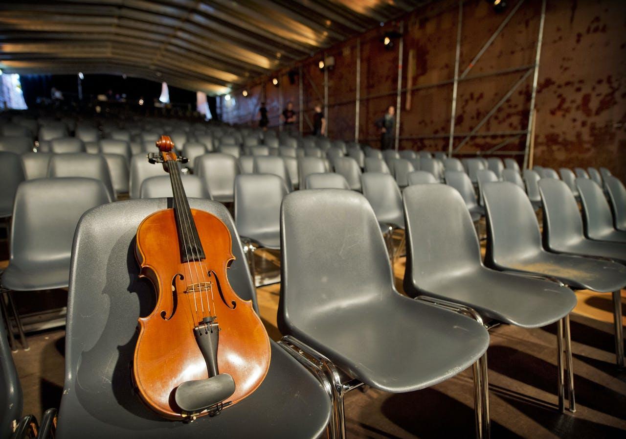 Een op een cello na lege theaterzaal